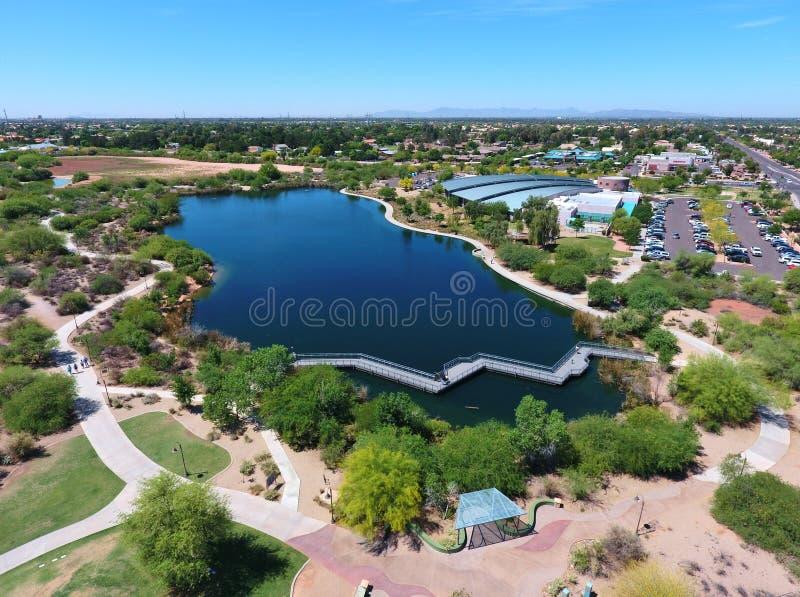 Vista panorâmica do lago e das fugas por Gilbert Public Library fotos de stock royalty free