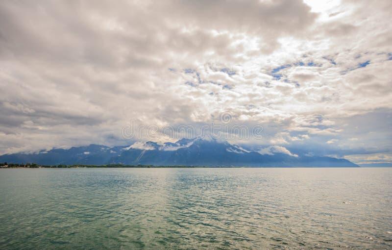 Vista panorâmica do lago Genebra, um do ` s de Suíça a maioria de lagos cruzados em Europa, com o céu completo das nuvens após a  imagens de stock royalty free