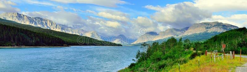 Vista panorâmica do lago Sherburne no parque nacional de geleira imagem de stock