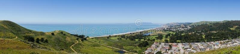 Vista panorâmica do litoral de Pacifica como visto da parte superior de Mori Point, Marin County no fundo, Califórnia imagens de stock
