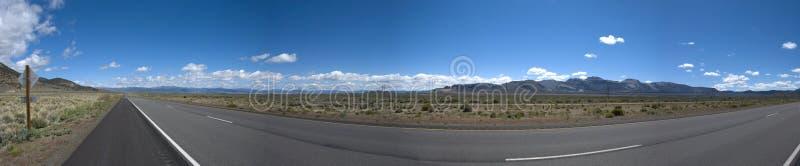 Vista panorâmica do longo caminho na paisagem da pradaria de Califórnia fotografia de stock