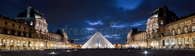 Vista panorâmica do Louvre na noite, Paris, França foto de stock