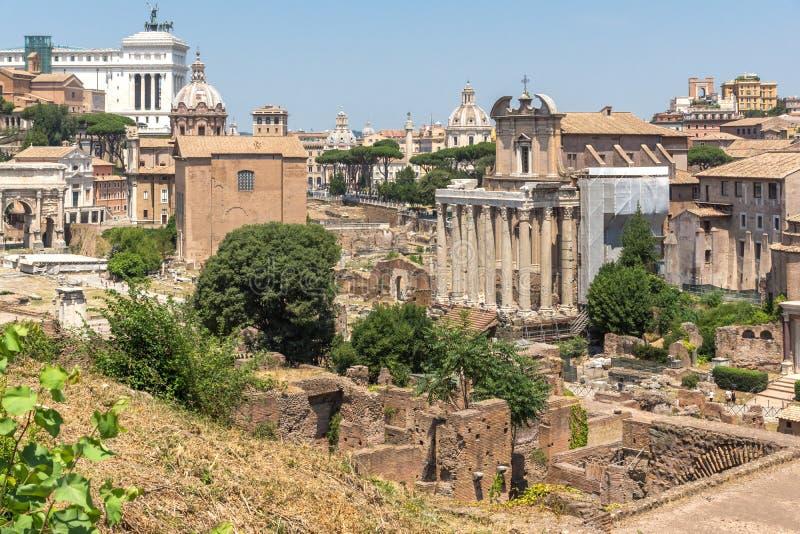 Vista panorâmica do monte de Palatine às ruínas de Roman Forum na cidade de Roma, Itália fotos de stock royalty free