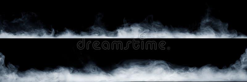Vista panorâmica do movimento abstrato da névoa ou do fumo no fundo preto fotografia de stock