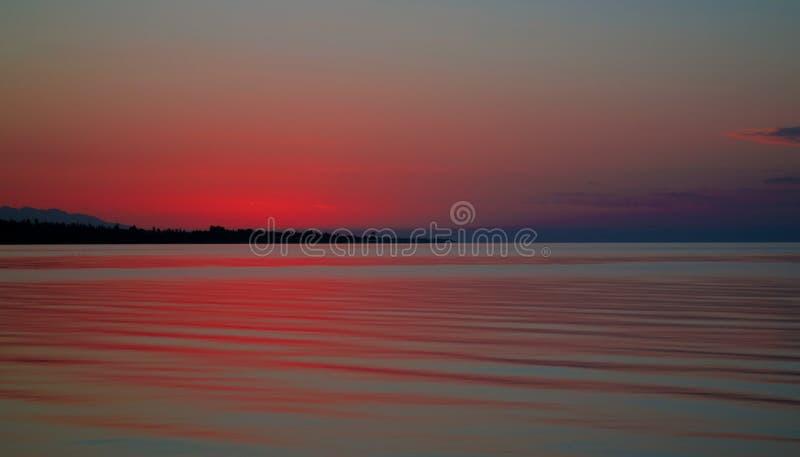 Vista panorâmica do nascer do sol ao lago Issyk-Kul, Cholpon-Ata, Quirguizistão imagem de stock royalty free