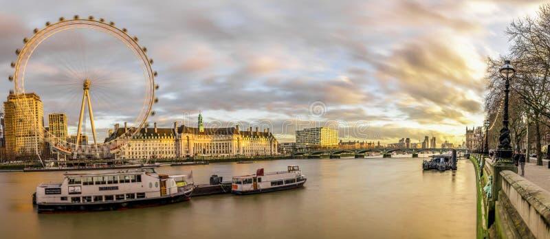 Vista panorâmica do olho e do Southbank de Londres fotografia de stock royalty free