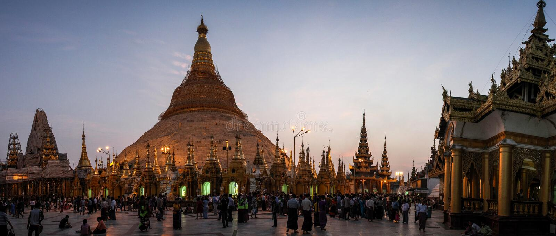 Vista panorâmica do pagode de Shwedagon após o pôr do sol, Yangon, Myanmar fotos de stock royalty free