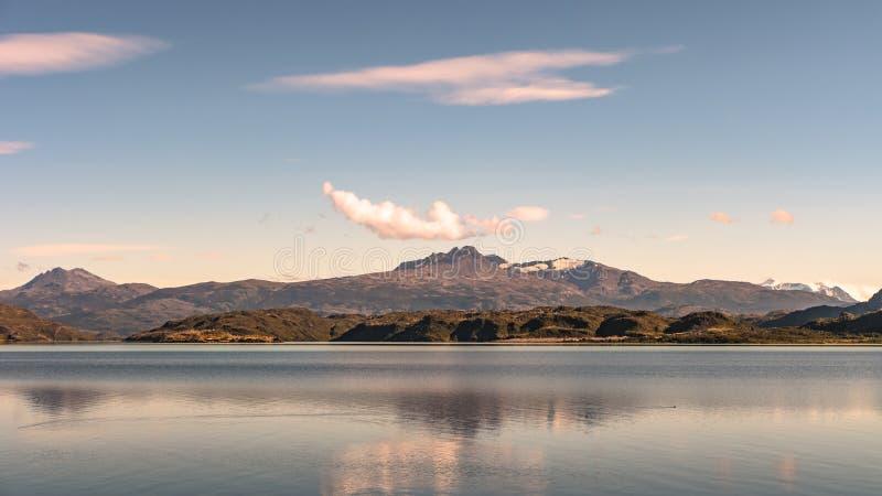 Vista panorâmica do parque nacional de Torres del Paine, suas florestas, l foto de stock royalty free