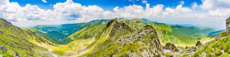 Vista panorâmica do pico de Negoiu, em montanhas de Fagaras Carpathians, Romênia foto de stock
