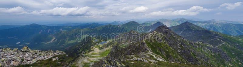 Vista panorâmica do pico de Rohac em montanhas ocidentais de Tatra ou panorama de Rohace com a fuga de caminhada no cume Verde af imagem de stock