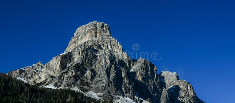 Vista panorâmica do pico de Sassongher vista de Corvara em Badia nas dolomites imagem de stock royalty free