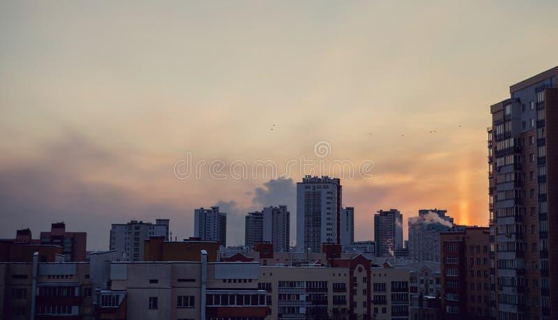 Vista panorâmica do por do sol dourado amarelo bonito sobre a cidade Nivelar a paisagem urbana coberta no sol de ajuste irradia-s fotografia de stock royalty free