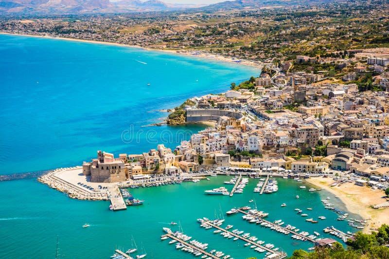 Vista panorâmica do porto de Castellammare del Golfo, Trapani, Sicília fotografia de stock royalty free