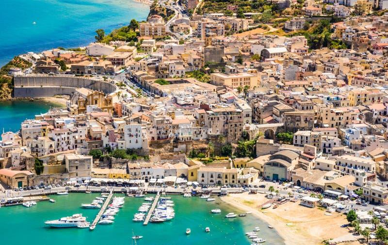 Vista panorâmica do porto de Castellammare del Golfo, Trapani, Sicília imagem de stock