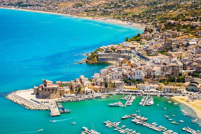Vista panorâmica do porto de Castellammare del Golfo, Trapani, Sicília imagens de stock royalty free