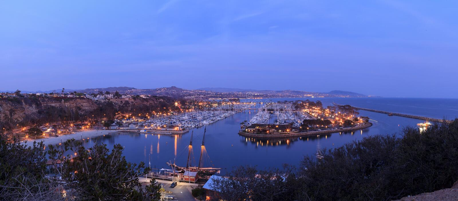 Vista panorâmica do porto de Dana Point no por do sol imagem de stock