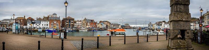 Vista panorâmica do porto de Weymouth com a bomba velha da cidade em Weymouth, Dorset, Inglaterra imagens de stock