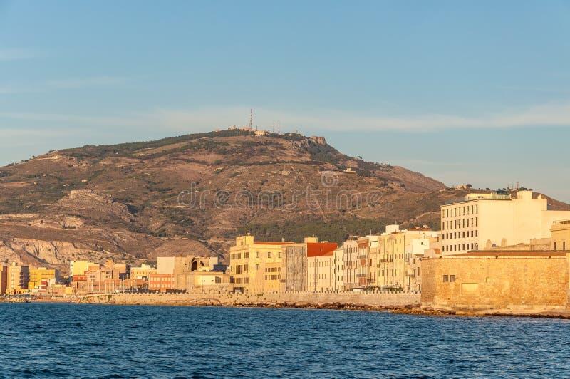 Vista panorâmica do porto em Trapani com as casas velhas coloridas, Sicília foto de stock