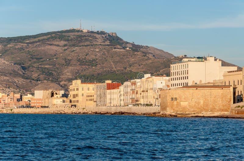Vista panorâmica do porto em Trapani com as casas velhas coloridas, Sicília fotografia de stock