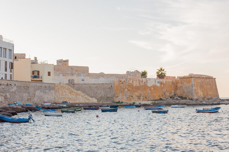 Vista panorâmica do porto em Trapani com barcos de pesca, Sicília, Itália fotografia de stock