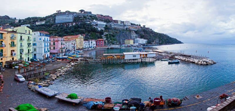 Vista panorâmica do porto pequeno em Sorrento, Itália fotografia de stock