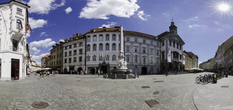 Vista panorâmica do quadrado de Maestni, com a câmara municipal e a fonte de Robba, Ljubljana, Eslovênia foto de stock royalty free
