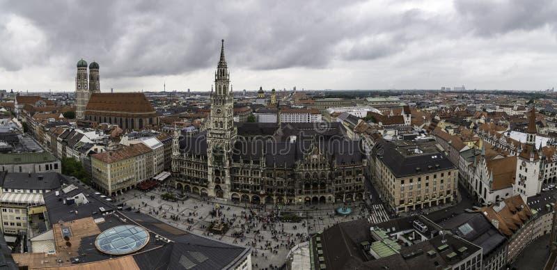 Vista panorâmica do quadrado de Marienplatz, com a cidade nova Hall Neues Rathaus, Munich imagens de stock royalty free