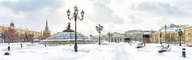 Vista panorâmica do quadrado no inverno, Moscou de Manezhnaya ou de Manege, Rússia fotografia de stock