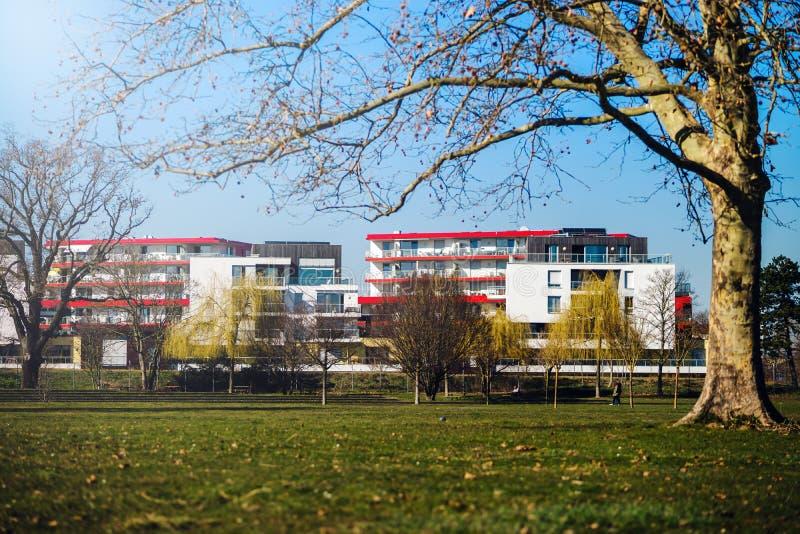 Vista panorâmica do quarto novo em Strasbourg perto de Alemanha, dia de mola ensolarado imagens de stock