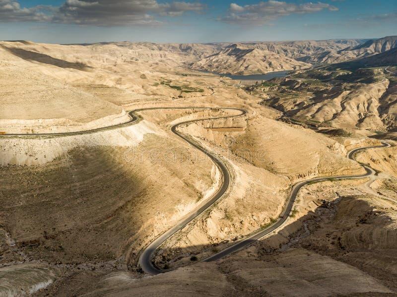 Vista panorâmica do rei Highway que ascensão a estrada ao norte do reservatório de Wadi Mujib em Jordânia, Médio Oriente fotografia de stock