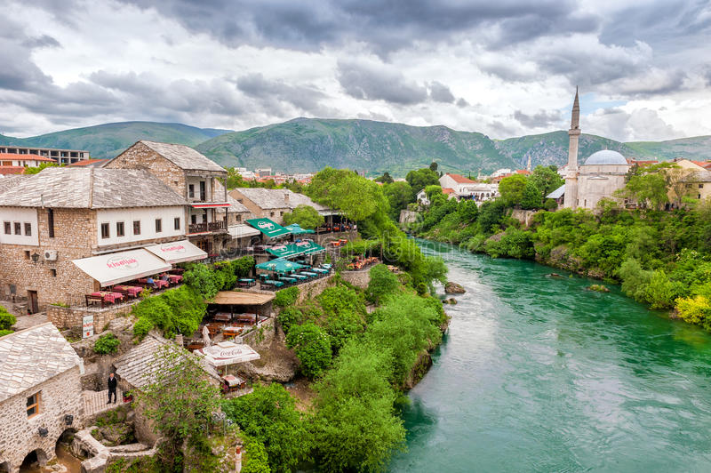 Vista panorâmica do rio e da cidade velha de Mostar, de Bósnia e de Herzegovina, com casas de pedra imagem de stock royalty free