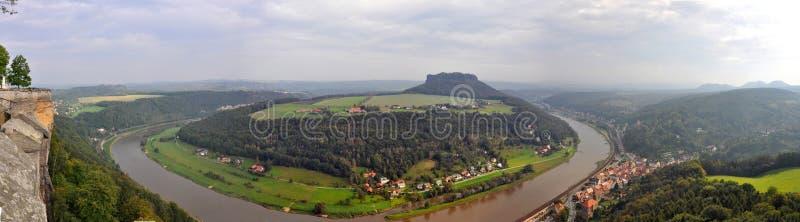 Vista panorâmica do rio Elbe, Alemanha - de Bastei balança em Suíça saxão foto de stock