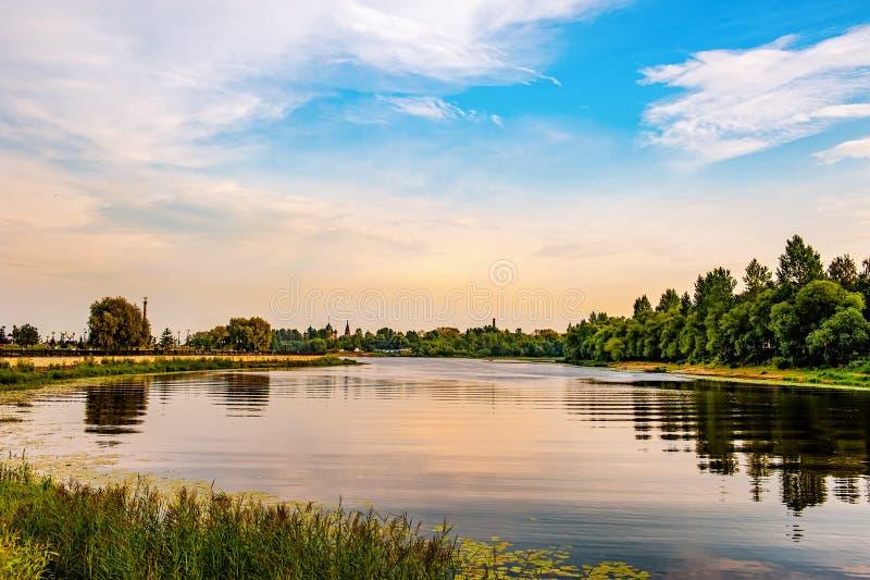 Vista panorâmica do rio Kosorosl, da seta de Yaroslavl e de um monumento ao 1000th aniversário de Yaroslavl Rússia imagens de stock royalty free