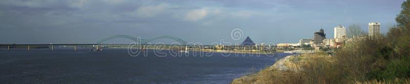 Vista panorâmica do rio Mississípi com arena esportiva da ponte e da pirâmide, Memphis, TN fotografia de stock royalty free