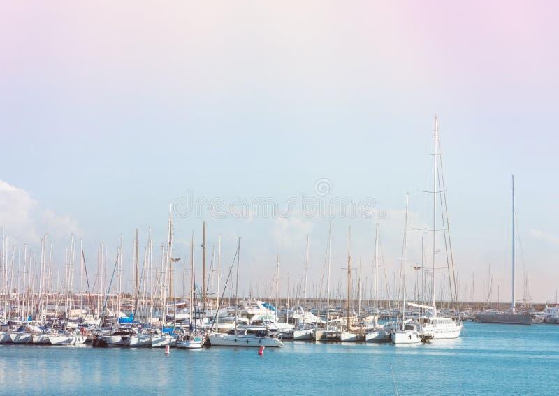 Vista panorâmica do Seascape bonito com os iate luxuosos no porto Céu azul Airy Atmosphere ventoso das cores pastel da água de tu imagem de stock royalty free