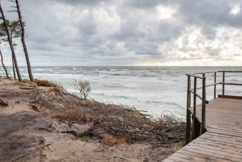 Vista panorâmica do tampão do holandês famoso da atração turística no parque regional do beira-mar de Lituânia perto de Karkle, L foto de stock