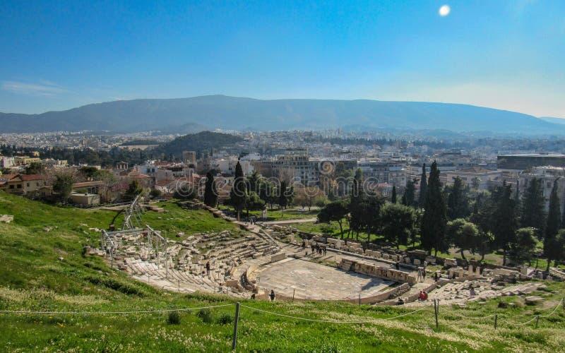 Vista panorâmica do teatro de Dionysus, montanha da acrópole de Atenas, Grécia, Europa imagem de stock