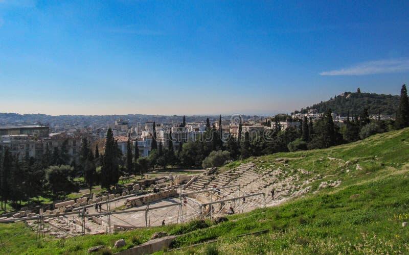 Vista panorâmica do teatro de Dionysus, montanha da acrópole de Atenas, Grécia, Europa imagens de stock royalty free