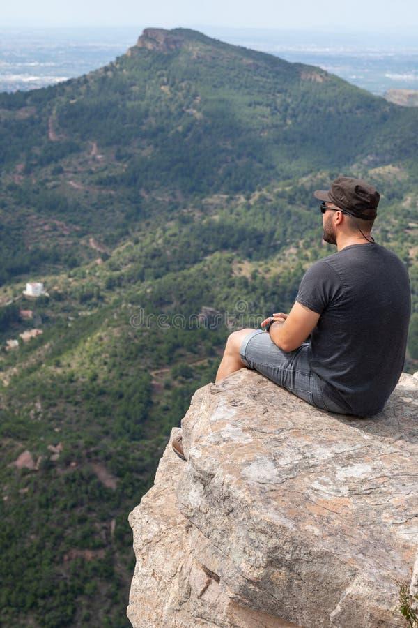 Vista panorâmica do turista no pico de montanha imagem de stock