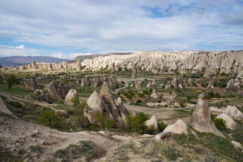 Vista panorâmica do vale com muitas formações de rocha estranhas perto da vila de Goreme foto de stock royalty free