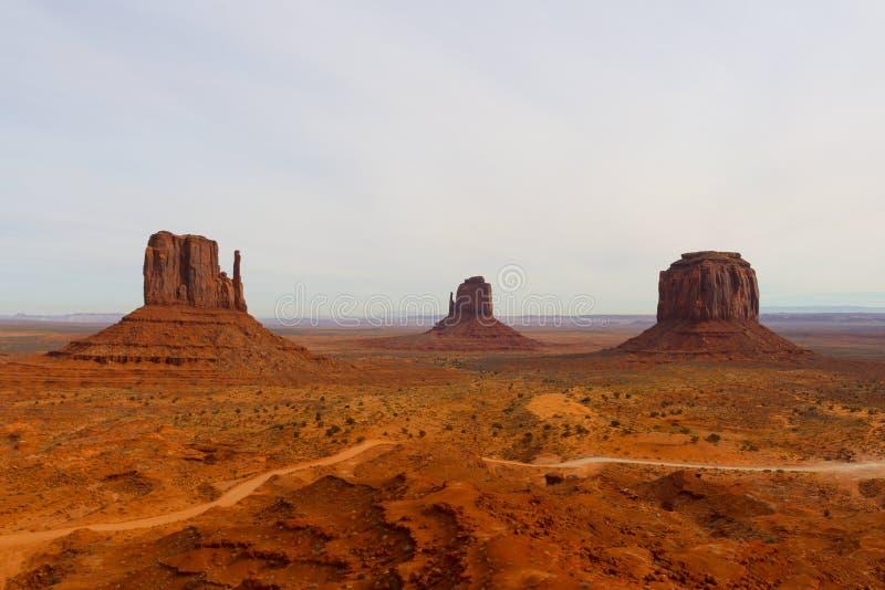 Vista panorâmica do vale do monumento - céu nebuloso imagem de stock royalty free