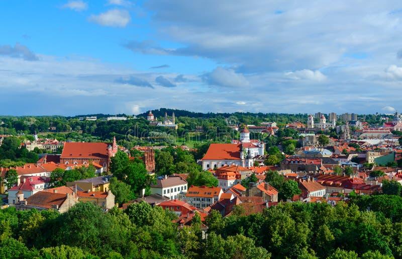 Vista panorâmica do verão da cidade velha da montagem de Gediminas, Vilnius, Lituânia fotos de stock