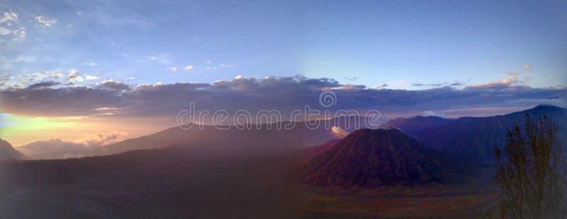 A vista panorâmica do vulcão de Bromo, montanhas ajardina, céu no nascer do sol imagens de stock