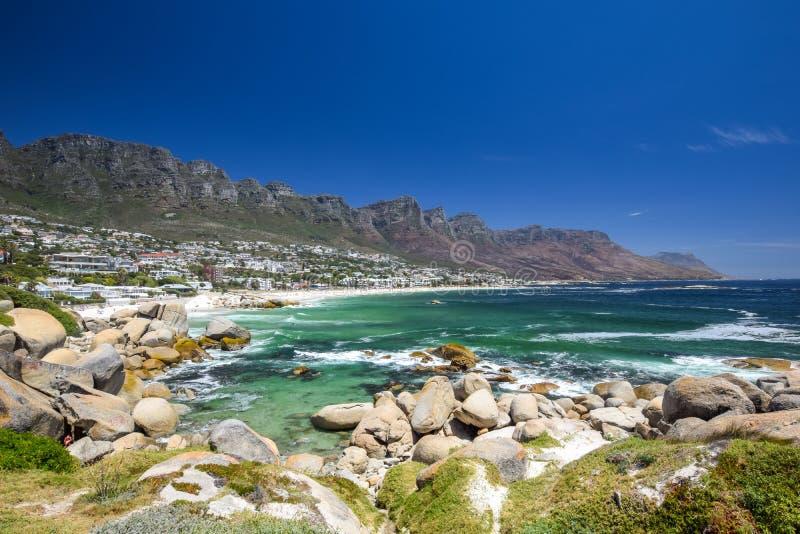 A vista panorâmica dos acampamentos late, um subúrbio afluente de Cape Town, cabo ocidental, África do Sul imagem de stock