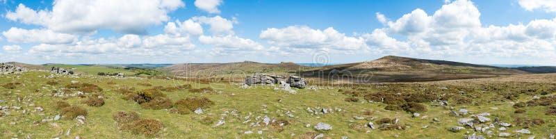 Vista panorâmica dos afloramento da terra firme do granito no Tor superior, parque nacional de Dartmoor, Devon, Reino Unido, em u imagem de stock royalty free