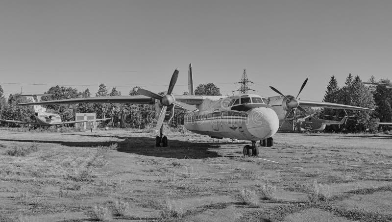 Vista panorâmica dos aviões soviéticos velhos An-24 Antonov fotografia de stock royalty free