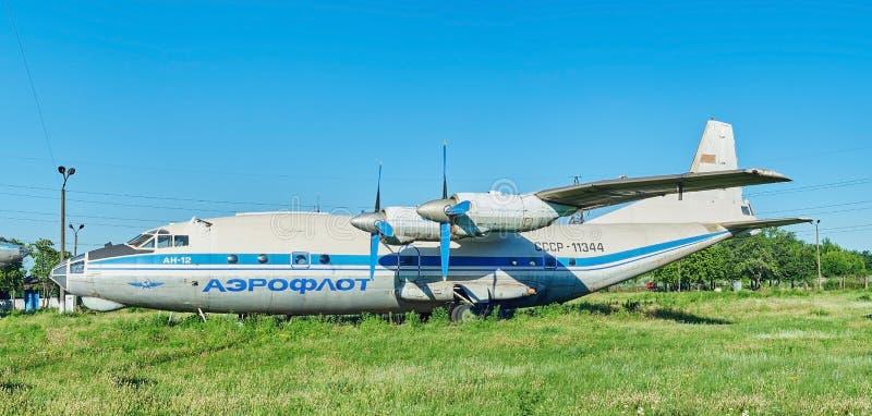 Vista panorâmica dos aviões soviéticos velhos An-12 Antonov imagens de stock royalty free
