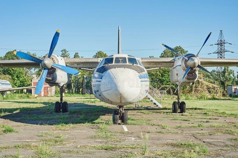 Vista panorâmica dos aviões soviéticos velhos An-24 Antonov imagem de stock