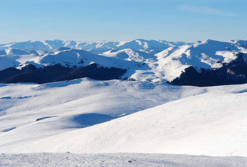 Vista panorâmica dos Carpathians romenos das inclinações do esqui do th fotografia de stock