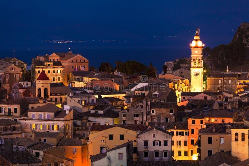 Vista panorâmica dos citylights da cidade de Corfu na noite imagens de stock